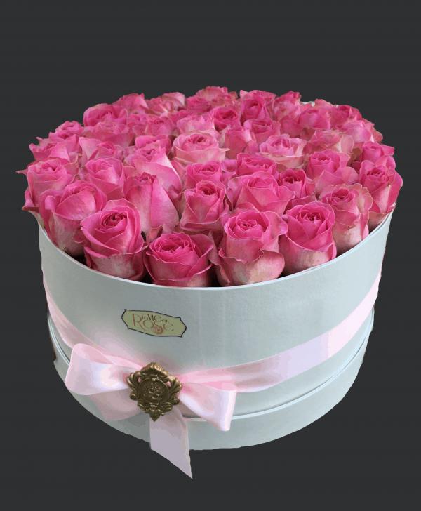 cutie mare cu 47 de trandafiri